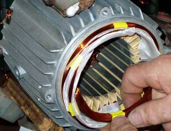 Конструктивно двигатель состоит из индуктора и якоря